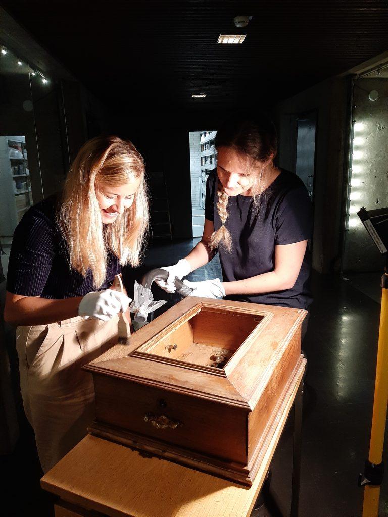 Mikaela Sundqvist och Niina Ratilainen fick lära sig rengöra en speldosa under sin praktik i Sibeliusmuseum