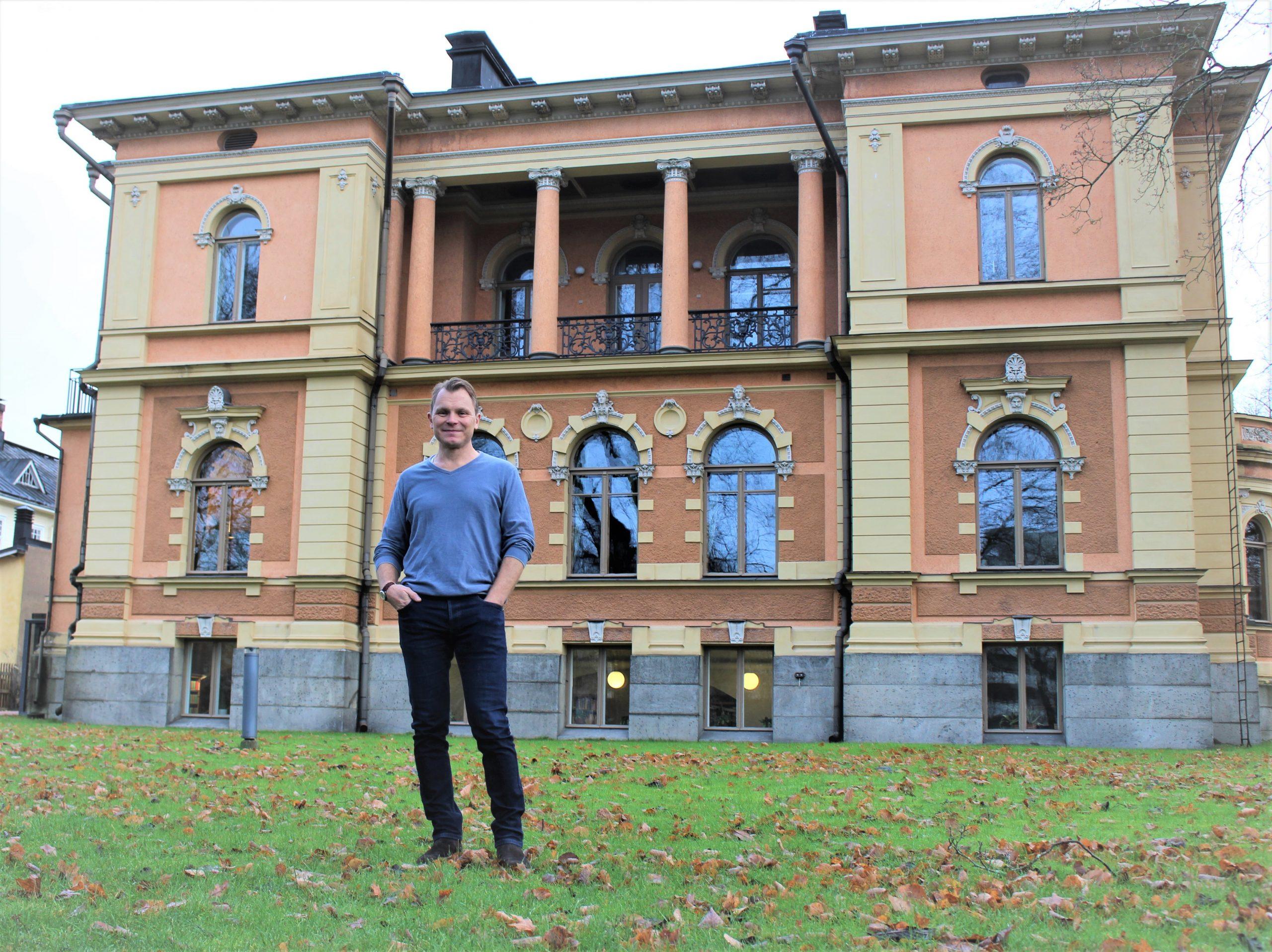 Bibliotekarie Joakim Alander vid Humanisticum