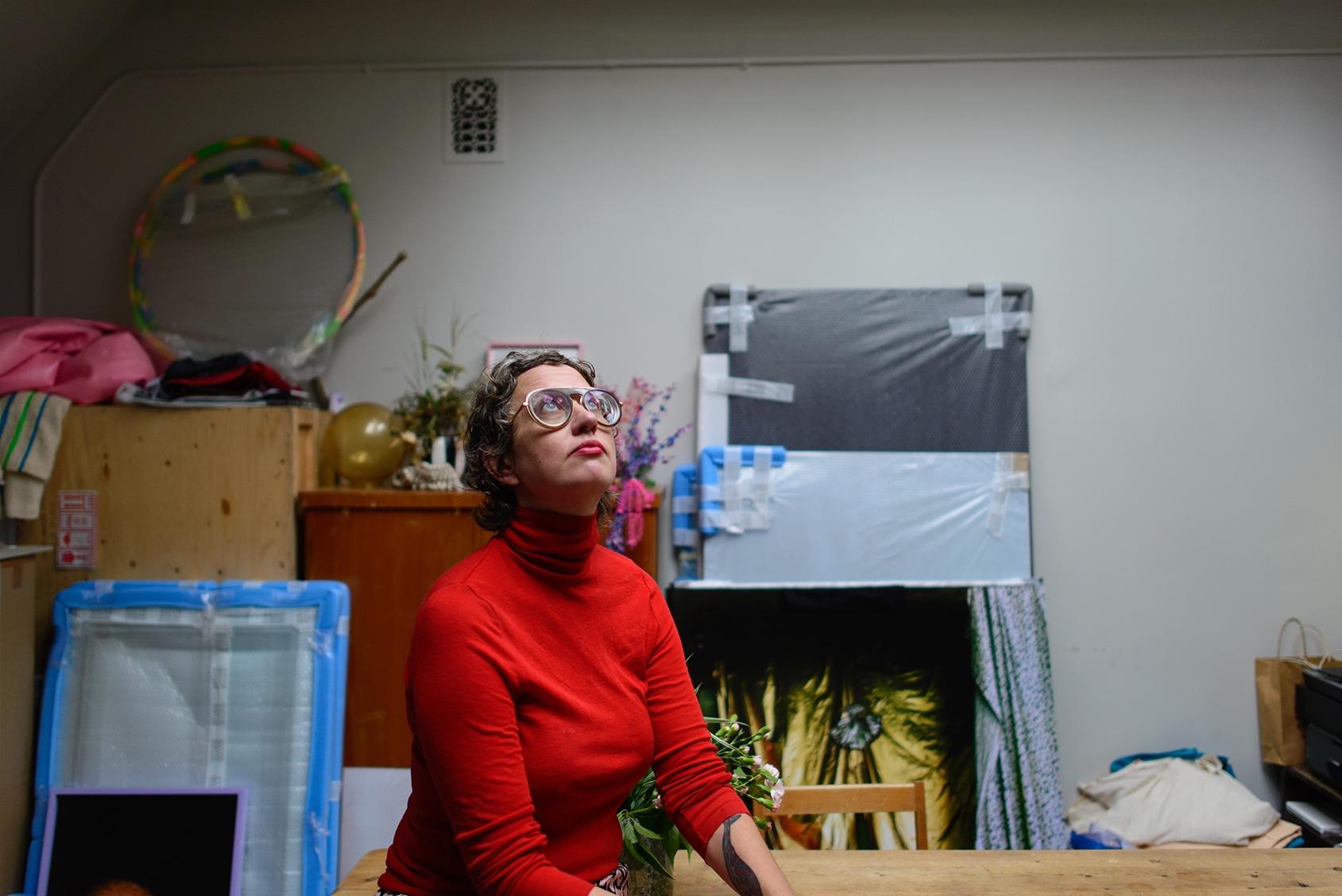 Konstnär Hertta Kiiski som haft Henry Lönnfors konstnärsateljé i Puolalaparken som sin kreativa bas.
