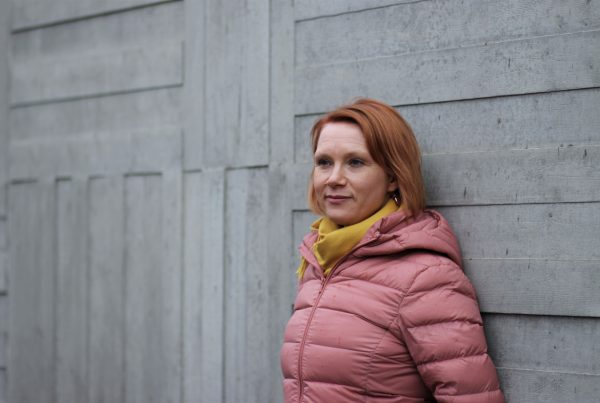 Intendent Unna Toropainen lutar sig mot Sibeliusmuseums vägg.