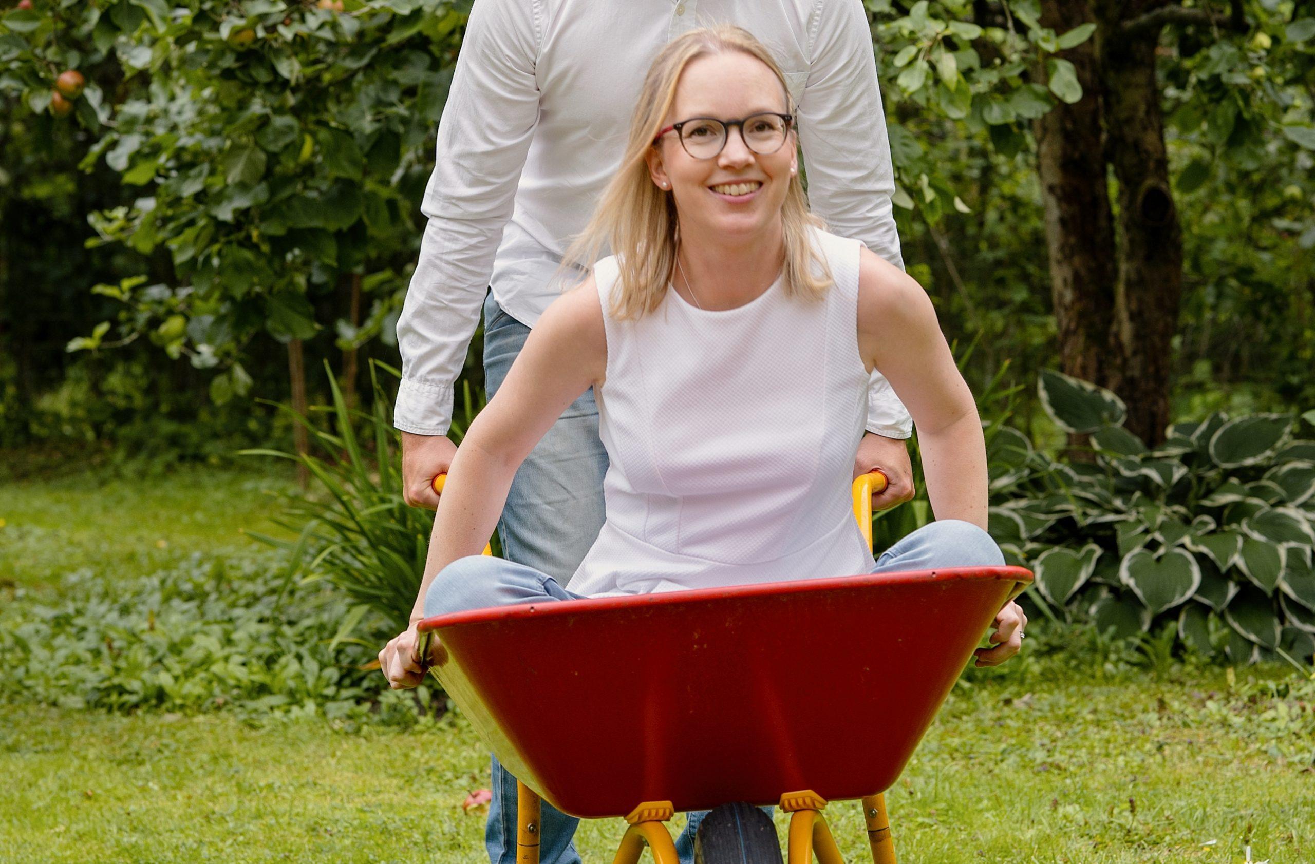 Stiftelsens controller Elina Latvakangas får åka skottkärra
