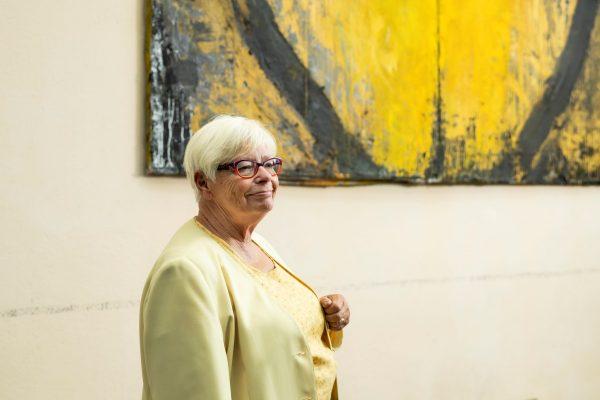 Harriet Silius framför en gul tavla